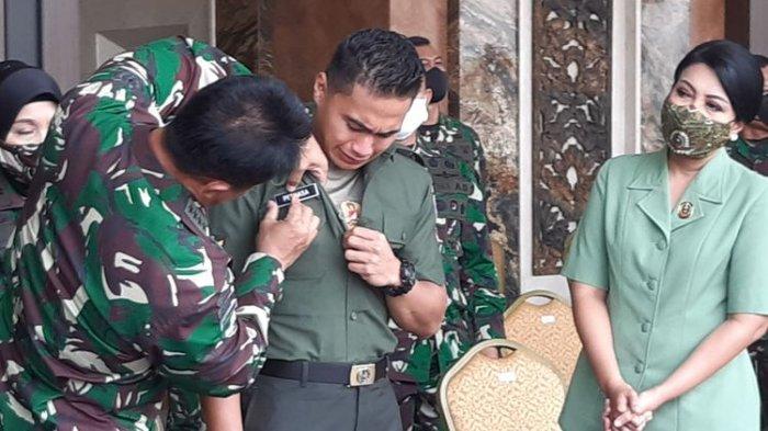 Serda Aprilio Perkasa Manganang menangis ketika menerima keputusan perubahan nama dan jenis kelamin dari Pengadilan Negeri Sangihe.