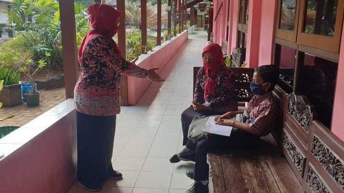 Viral Siswa SMP Tetap Masuk Sekolah karena Tak Punya HP, Guru Maklum : Beras Lebih Dibutuhkan
