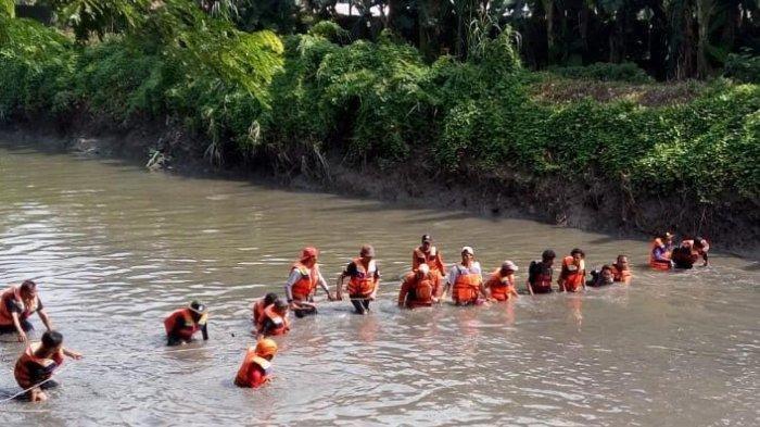 Fakta Lengkap 4 Siswi Berseragam Sebrangi Sungai Arus Deras, Harus Tunggu 3 Jam hingga Hampir Jatuh