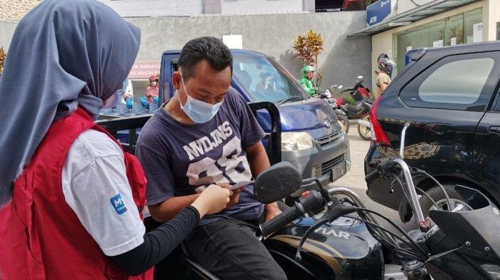 Sosialisasi dan edukasi kepada konsumen terkait Bahan Bakar Minyak (BBM) berkualitas dan ramah lingkungan di sejumlah Stasiun Pengisian Bahan Bakar Umum (SPBU) di Kota Bandar Lampung, Senin (09/03).