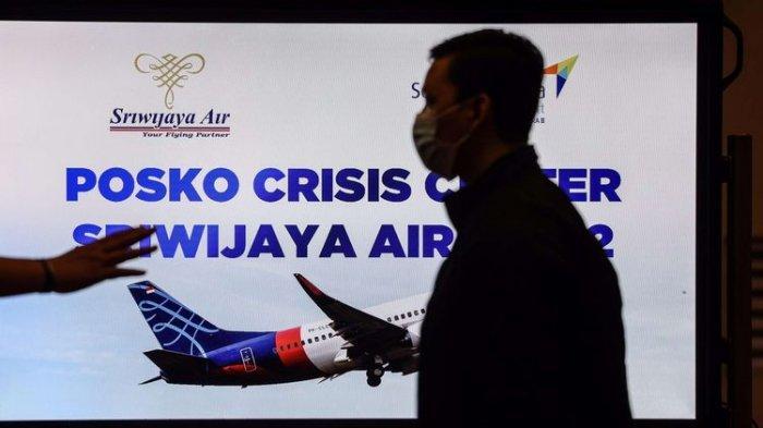 Suasana di Posko Crisis Center Sriwijaya Air SJ 182 di Terminal kedatangan 2D, Bandara Soekarno-Hatta, Sabtu (9/1/2020). Pesawat Boeing 737-500 Sriwijaya Air dengan nomor penerbangan SJ182 dilaporkan hilang kontak setelah take off dari Bandara Soekarno-Hatta, Cengkareng, pada Sabtu (9/1/2021) sore.(KOMPAS.com/GARRY LOTULUNG)