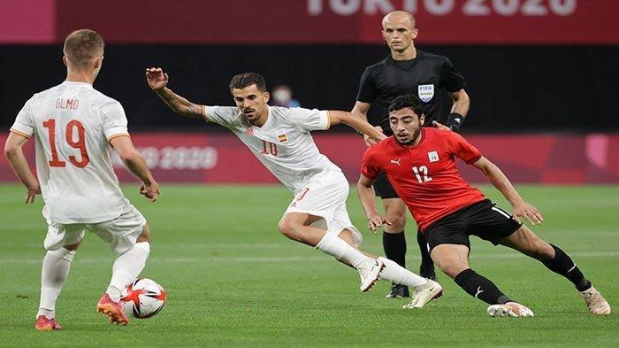 OLIMPIADE - Striker Spanyol Dani Olmo (kiri) membagi bola ke Dani Ceballos (tengah), pada pertandingan sepak bola putaran pertama grup C. Olimpiade Tokyo 2020 antara Mesir vs Spanyol, di Sapporo Dome, Sapporo, Jepang 22 Juli 2021.