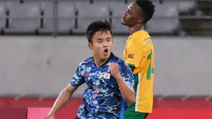 Takefusa Kubo dari Jepang merayakan setelah mencetak gol ke gawang Afrika Selatan selama pertandingan Grup A mereka di Olimpiade Tokyo pada hari Kamis di Stadion Tokyo.