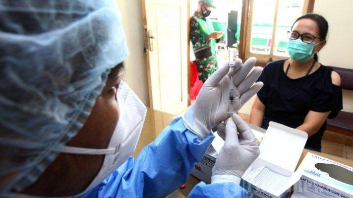 Tenaga kesehatan menjalani vaksinasi Covid-19 di Rumah Sakit Umum (RSU) Bungsu, Jalan Veteran, Kota Bandung, Senin (18/1/2021). Pelaksanaan vaksinasi Covid-19 di pos layanan ini dari 14, 15, dan 18 Januari 2021 berjalan lancar, sudah diikuti lebih dari 70 tenaga kesehatan di lingkungan RSU Bungsu dan beberapa tenaga kesehatan dari sejumlah rumah sakit di Kota Bandung.