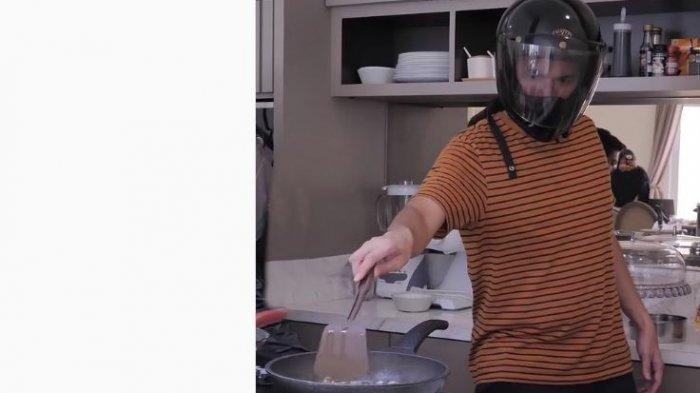 Teuku Wisnu memasak