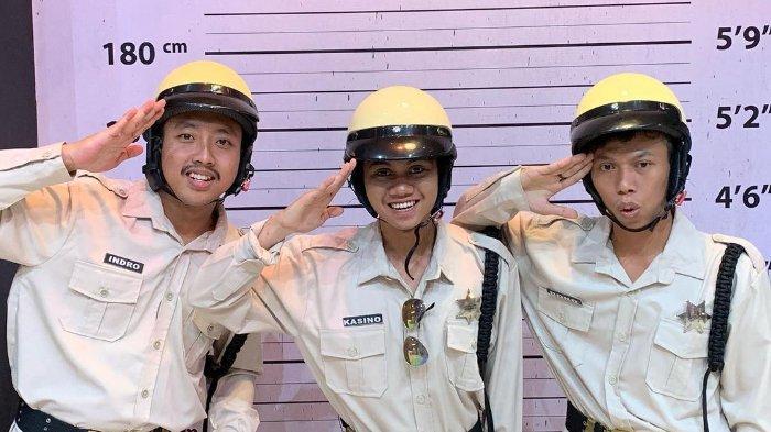 Tiga pemuda yang mirip grup komedi Warkop DKI.