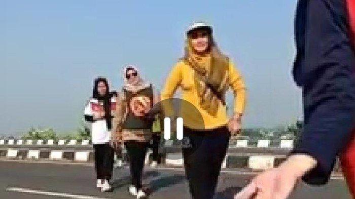 SETELAH Jembatan Suramadu, Giliran Viral Emak-emak Tik Tok di Exit Tol Pekalongan, Identitas Terkuak