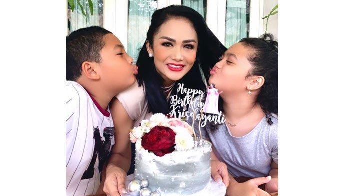 Ulang Tahun Tanpa Raul Lemos, Intip Perayaan Ultah ke-46 Krisdayanti, Pegang Kue Berhias Mutiara