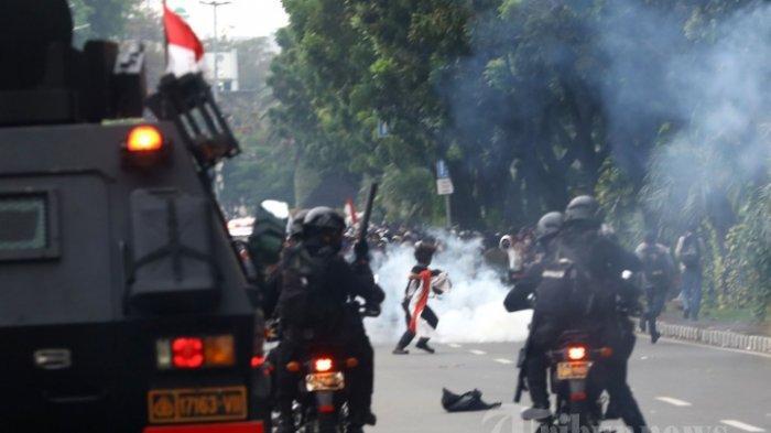 Gas Air Mata untuk Bubarkan Pendemo Masuk Pemukiman, Nenek di Jambi Marahi Polisi: Aku Tuntut Kalian