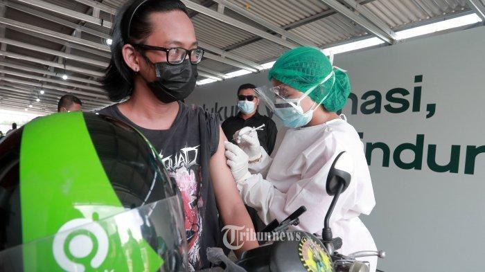 Mitra Driver Gojek disuntik vaksin Covid-19 saat kegiatan vaksinasi terbesar di Kemayoran, Jakarta (29/4/2021). Kegiatan vaksinasi terbesar yang melibatkan puluhan ribu mitra driver di Jakarta ini menjadi kelanjutan dari kolaborasi masif Gojek, Halodoc, dan pemerintah, untuk mempercepat vaksinasi pada kelompok masyarakat pekerja transportasi, termasuk transportasi daring yang tengah dan akan terus digelar di berbagai kota di Indonesia.