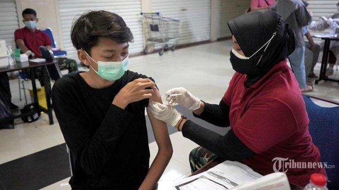 Tenaga kesehatan dari TNI Angkatan Udara (AU) dan Dinas Kesehatan Kota Bekasi melakukan vaksinasi Covid-19 di Mal Pondok Gede, Bekasi, Jawa Barat, Selasa (27/7/2021).