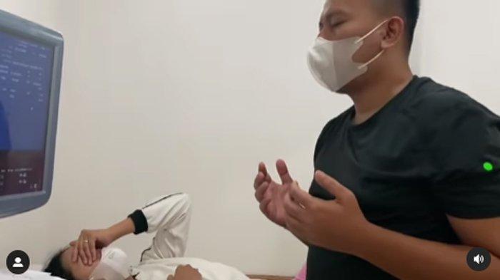 Vicky Prasetyo berdoa, Kalina Ocktaranny alami keguguran