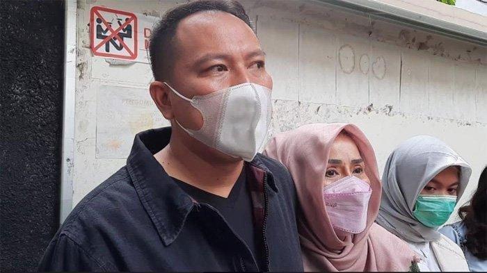 Vicky Prasetyo dan sang ibunda setelah sidang dugaan pencemaran nama baik Angel Lelga