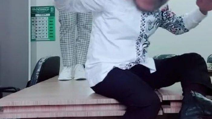 Video Tik Tok Pejabat Bondowoso Joget di Atas Meja Kantor dengan Teman Wanita Viral, Akui Khilaf