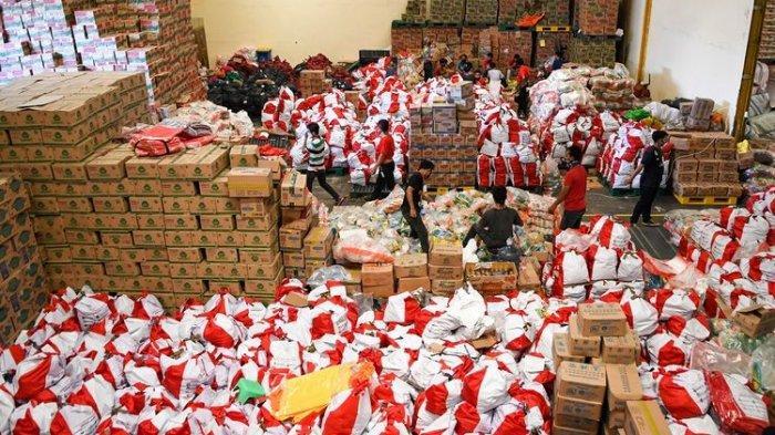 Pekerja mengemas paket bantuan sosial (bansos) di Gudang Food Station Cipinang, Jakarta, Rabu (22/4/2020). Pemerintah menyalurkan paket bansos masing-masing sebesar Rp600 ribu per bulan selama tiga bulan sebagai upaya untuk mencegah warga tidak mudik dan meningkatkan daya beli selama pandemi COVID-19 kepada warga yang membutuhkan di wilayah Jabodetabek.