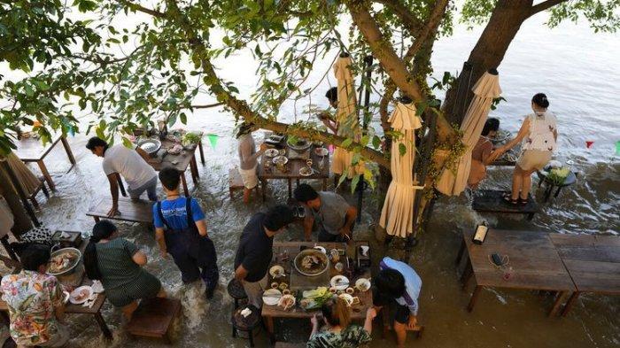 Warung makan buka saat banjir
