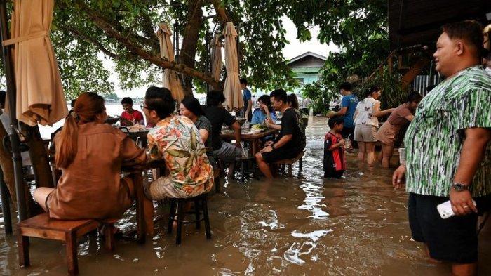 Warung Makan dengan Sensasi Banjir Asli di Thailand, Ini Reaksi Pelanggan Saat Meja Kursi Hanyut