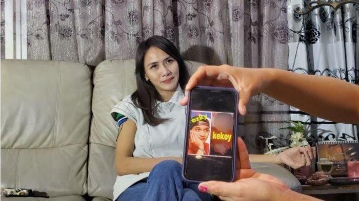 Wenny Ariani menunjukkan foto anaknya dengan Rezky Aditya.