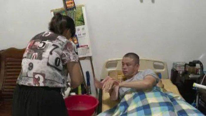 Yuying setia merawat Liu Haojin yang cacat