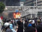 halte-transjakarta-sarinah-dibakar-saat-demo.jpg