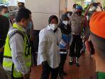 menteri-sosial-tri-rismaharini-ketika-tiba-di-terminal-2d-bandara-soekarno-hatta-senin-1112021.jpg