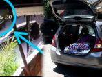 pasangan-mesum-di-parkiran-mall-tabrak-satpam-ditemukan-bungkus-alat-kontrasepsi-dan-kasur-di-mobil.jpg