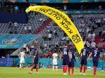 pitch-invader-di-laga-prancis-vs-jerman-euro-2020.jpg