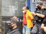 polisi-menggiring-john-kei-di-polda-metro-jaya-jakarta-selatan-senin-2262020.jpg