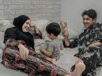 potret-bahagia-keluarga-kecil-arya-saloka.jpg