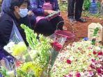 potret-pemakaman-mbak-you-di-bandung-keluarga-bacakan-doa-untuk-almarhumah.jpg