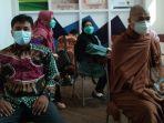 seorang-biksu-dari-umat-budha-mengantre-vaksin-di-ruang-vaksinasi.jpg