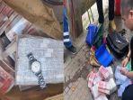 seorang-pekerja-kebersihan-menemukan-setumpuk-uang.jpg