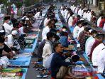 umat-islam-bersiap-melaksanakan-salat-idul-fitri-1442-h-di-jalan-leuwipanjang-kota-bandung.jpg