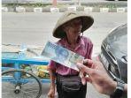 warga-menunjukkan-uang-yang-didapatkan-kakek-renta-penjual-buah-lotis-trisno-suwito.jpg