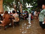 warung-makan-di-thailand-ramai-pembeli-meski-banjir.jpg