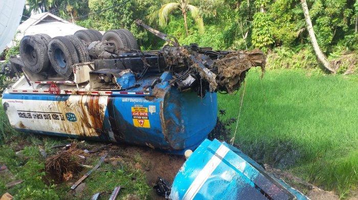 Mobil dan Truk Tabrakan di Jalan Lubuk Alung - Pariaman, Seorang Bocah Dikabarkan Patah Kaki