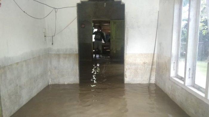 Banjir di Ranah Ampek Hulu, Juraini: Sejak Kemarin Saya dan Anak Terus Menguras Air dari Rumah
