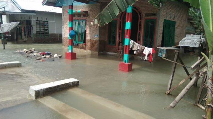 Air masih menggenangi sejumlah rumah warga di Nagari Binjai Kecamatan Ranah Ampek Hulu (Rahul) Tapan, Pesisir Selatan, Selasa (30/3/2021).