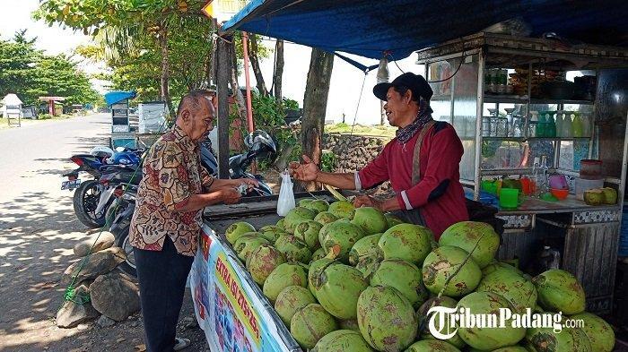 Pedagang Kelapa Muda di Pantai Padang Ngaku Rugi, Dampak Lokasi Objek Wisata Ditutup
