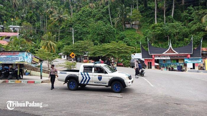 Akses jalan ke Pantai Air Manis di kawasan Gunung Padang dijaga ketat aparat kepolisian, Kamis (31/12/2020).