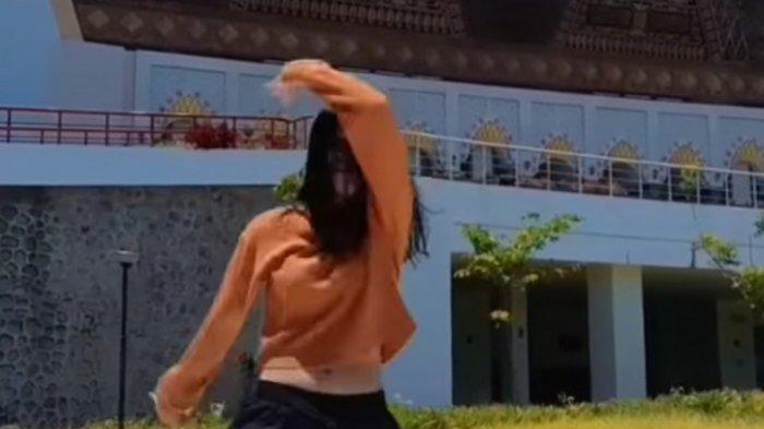VIRAL Cewek Joget TikTok Tampak Pusar di Kawasan Masjid Raya Sumbar, Pengurus: Itu Tercela