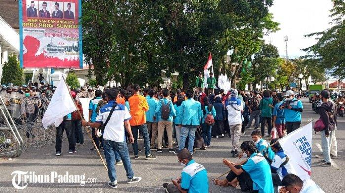 Demo Tolak UU Cipta Kerja di DPRD Sumbar, Massa Desak Presiden Jokowi Terbitkan Perpu