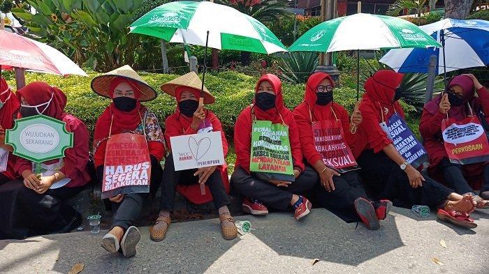 Ini Makna Seragam Merah yang Digunakan Puluhan Wanita pada Aksi Diam di Padang