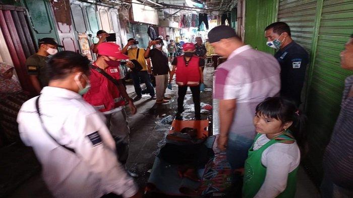 Lelaki yang Telantar di Pasar Raya Padang Ditandu Naik Ambulance, Rizal Diperiksa di RSUD Rasidin