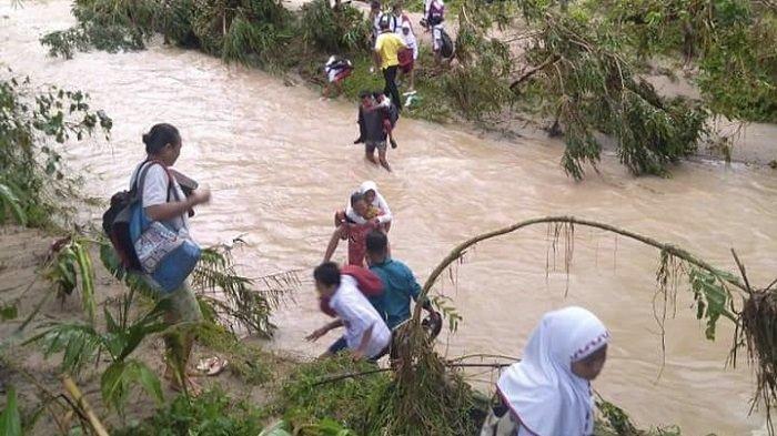 Jembatan Putus di Durian Gadang Sijunjung, Anak-anak Harus Berjuang ke Sekolah Seberangi Sungai