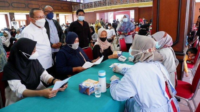 Dorong Capaian Vaksinasi Nasional di Sumbar, Anggota DPR Darul Siska Gelar Vaksinasi Massal