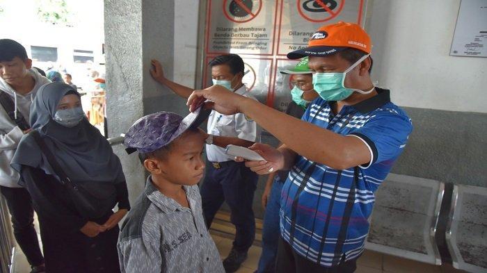 Antisipasi Covid-19, Wali Kota Pariaman Ikut Cek Suhu Tubuh Penumpang KA