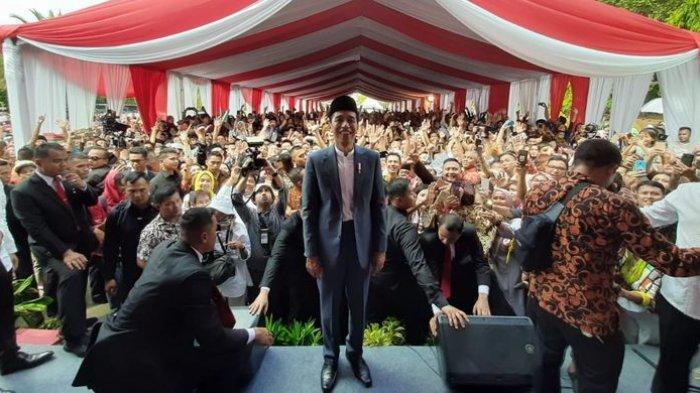 Jokowi Kewalahan Salami Masyarakat Lalu Berbalik Badan untuk Foto Bersama