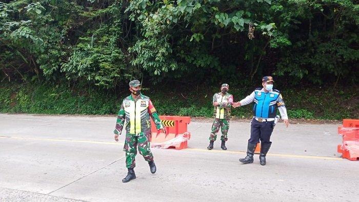 Sejumlah aparat dalam tim gabungan yang bertugas di Pos Penyekatan PPKM Darurat Perbatasan Padang-Solok pada Rabu (14/7/2021)