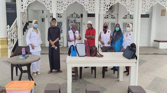 Garin dan Pegawai Masjid Al Hakim Kota Padang Jalani Vaksinasi, Laksanakan Jelang Ramadhan 1442 H